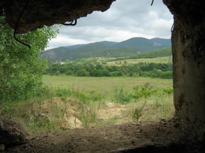 Вид из амбразуры дота №70 на долину. На противоположной стороне за жд насыпью виден дот №72